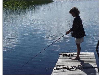 Daniela Rask provar fiskelyckan i Falmarksträsket. Foto: Bia Rask