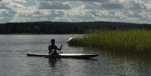 Jonas Rask paddlar på Falmarksträsket. Foto: Bia Rask