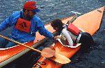 Martin Danielsson som instruerar Johanna Rask i kajakpaddlingens ädla konst. Högra fotot taget på ÖFIF:s kajakdag midsommarhelgen 1999. Foto: Bia Rask