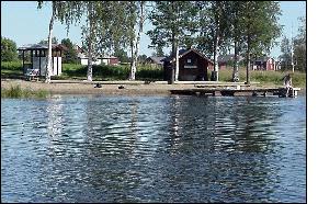 Östra Falmarks badplats. Längst ut på bryggan anas Jenny Lindgren. Foto: Bia Rask